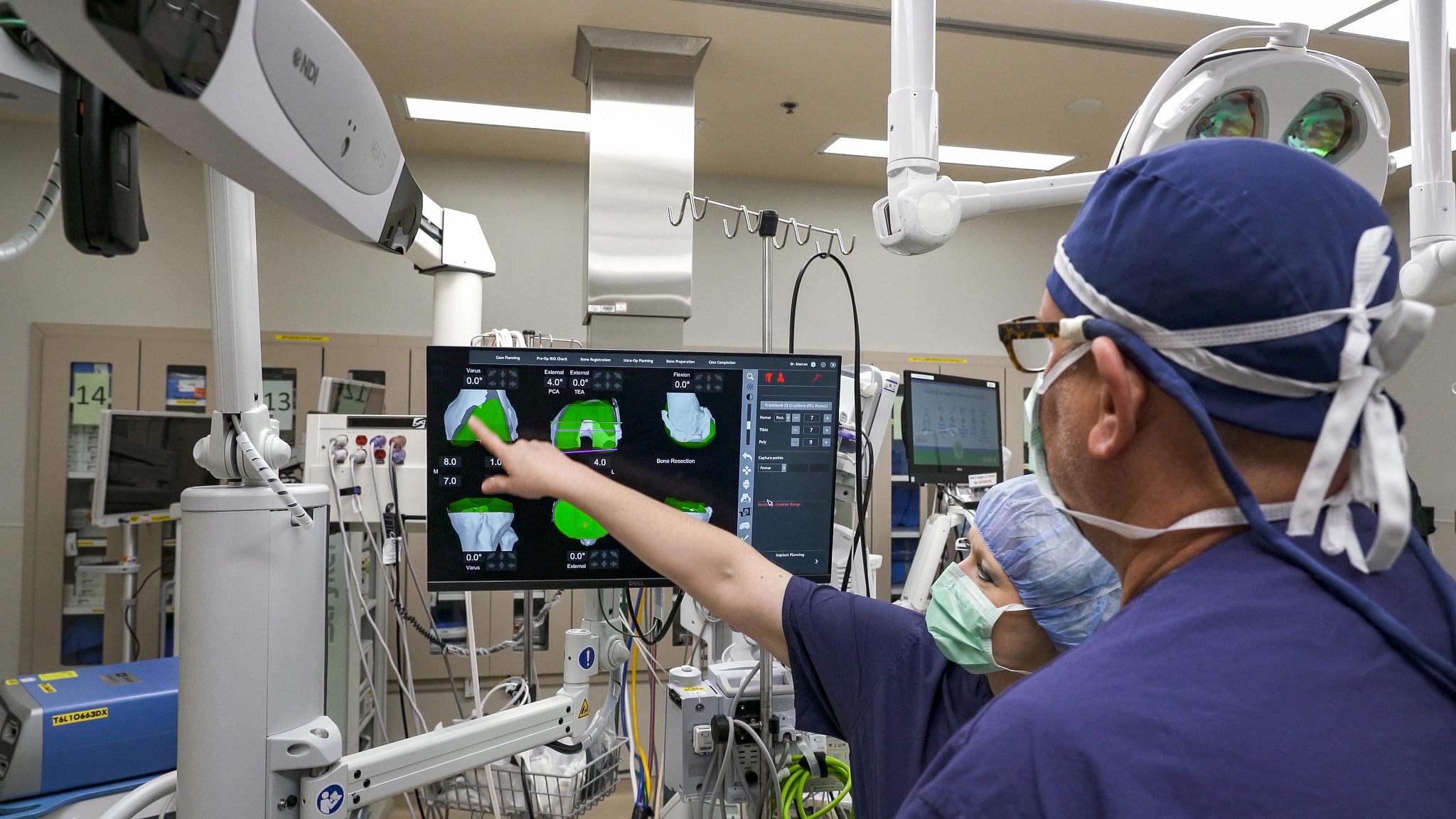 Photo_Robot.Surgery_WilliamsKim_LookingAtScreen.jpg